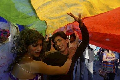 Miembros y partidarios de la comunidad india de lesbianas, gays, bisexuales y transexuales (LGBT) bailan durante el Desfile del Orgullo en Nueva Delhi el 30 de noviembre de 2014