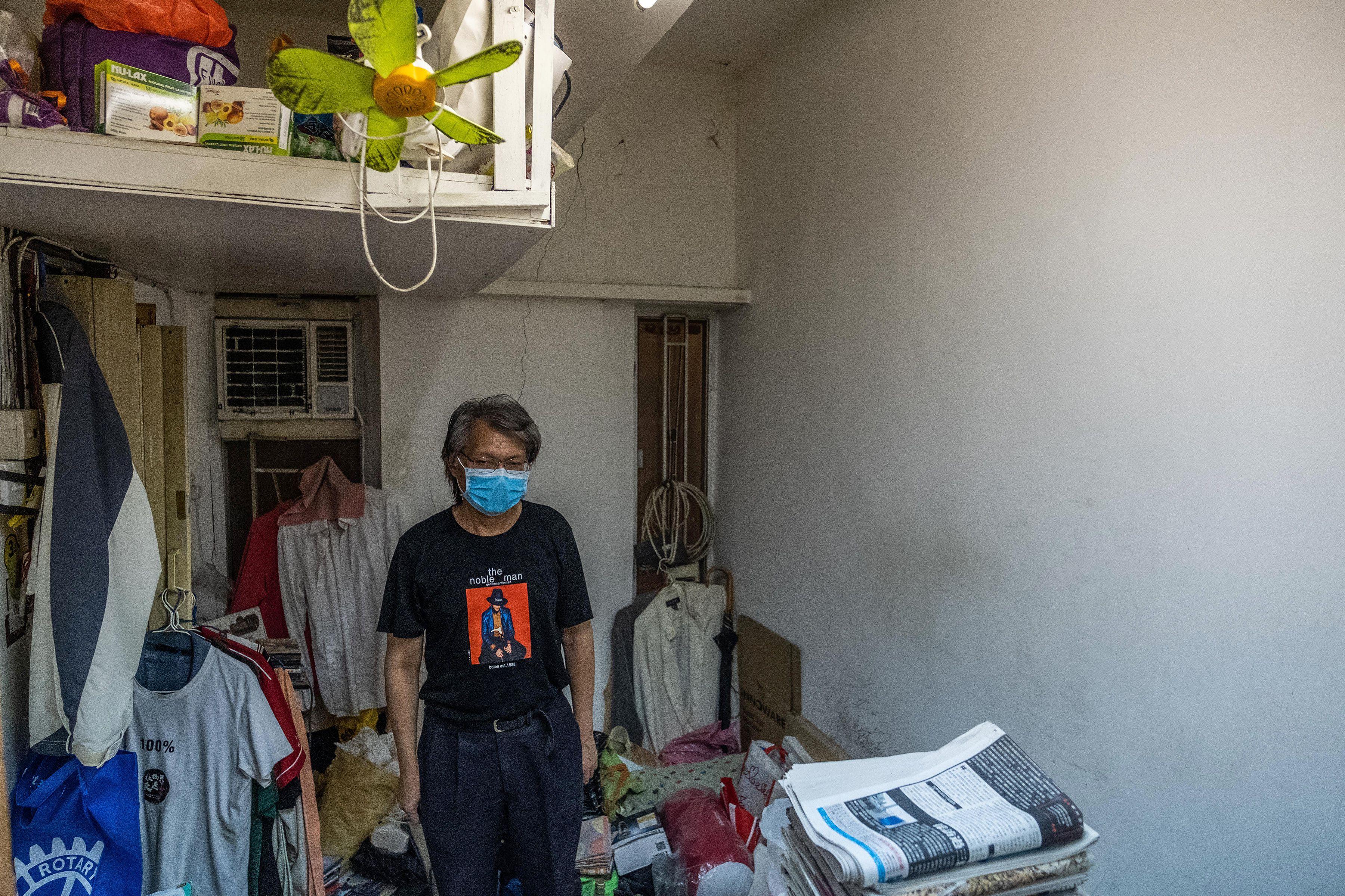 """""""Es espantosa, la situación de vivir aquí"""", dijo Kenneth Leung sobre su apartamento subdividido en el distrito Sham Shui Po de Hong Kong. Como muchos manifestantes, porta un cubrebocas para evitar ser identificado por la policía. (Lam Yik Fei/The New York Times)"""