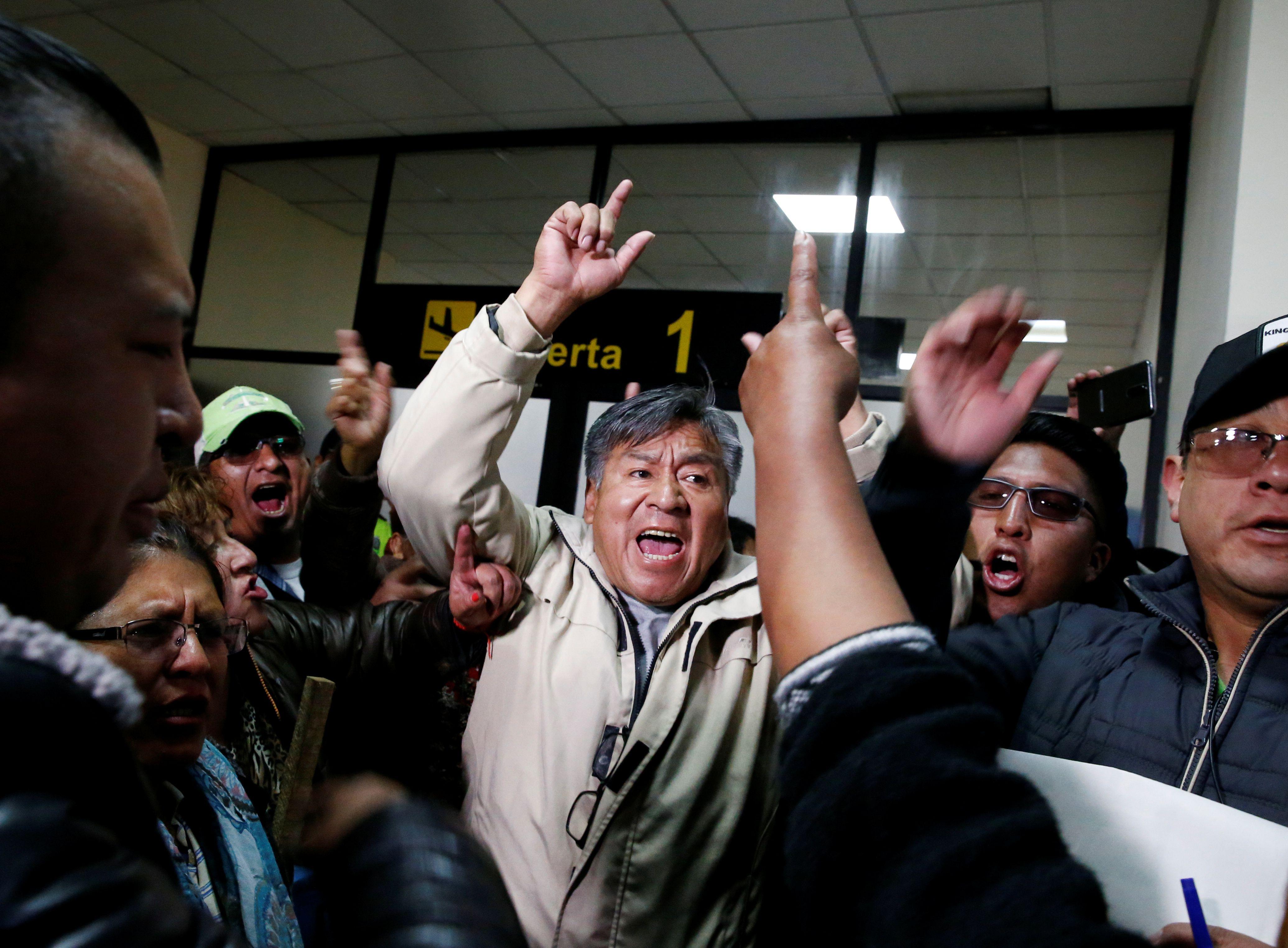 Simpatizantes de Evo Morales tomaron el Aeropuerto de La Paz el martes pasado para impedir el desembarco de Luis Camacho y profirieron amenazas de muerte