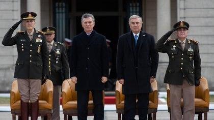 En el centro, el presidente Mauricio Macri y el ministro de Defensa, Oscar Aguad