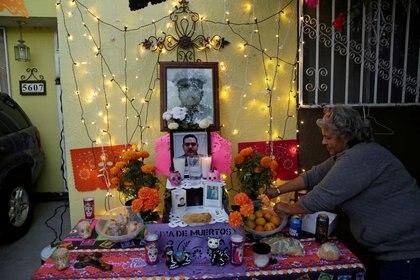 Imagen de archivo. La madre de Andrés García, enfermero del Instituto Mexicano del Seguro Social (IMSS) que falleció por COVID-19, la enfermedad causada por el coronavirus, instala un altar para honrar a su hijo antes del Día de Muertos, en Ciudad Juárez, México. 29 de octubre de 2020. REUTERS / Jose Luis Gonzalez