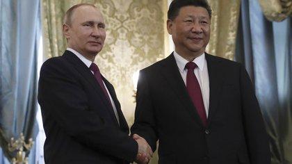 El presidente ruso Vladimir Putin saluda su par chino Xi Jinping durante una reunión en el Kremlin, en Moscú, Rusia, el 4 de julio de 2017 (REUTERS/Sergei Ilnitsky/Pool)