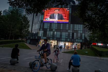 Una pantalla en una tienda departamental muestra al presidente chino, Xi Jinping, durante la sesión de apertura de la Conferencia Consultiva Política del Pueblo Chino (CPPCC) en el Gran Salón del Pueblo en Beijing (Reuters)