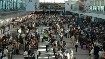 Aeropuerto de Ezeiza, los viajeros podrán ingresar al país más productos libres de impuestos (NA)