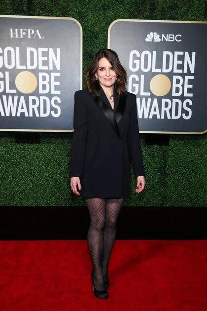 Tina Fey eligió un saco esmoquin con medias de nylon traslúcidas con diseño de polka dots y stilettos negros. Completó su estilismo con un collar y aros colgante