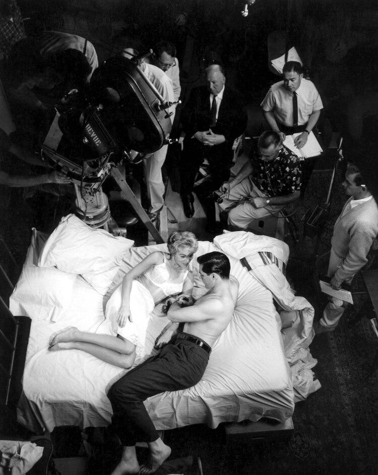 "Alfred Hitchcock, Janet Leigh, y John Gavin en el set de ""Psicosis"", en 1960 (Shutterstock)"