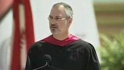 Steve Jobs durante su discurso en la Universidad de Stanford, donde contó que padecía cáncer. Murió en 2011, a los 56 años