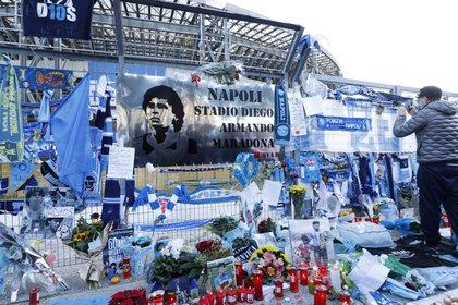 Napolitanos rinden tributo a Maradona alrededor del estadio San Paolo (REUTERS/Ciro De Luca)