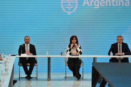 Continuidad: el gobierno de Alberto Fernández y la gestión económica de Martín Guzmán aplican las mismas recetas que aplicó Cristina Kirchner y por eso en la Argentina actual el bien más escaso es el que sobra en el mundo: los dólares