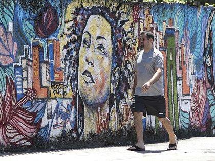 En Río de Janeiro (Brasil) un hombre camina frente a un grafiti en el muro de la calle donde fue asesinada. EFE / Antonio Lazarda / Archivo