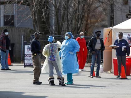 Trabajadores médicos hablan con personas que esperan en fila para recibir pruebas durante el brote mundial del coronavirus (COVID-19) en las afueras del Hospital Comunitario Roseland en Chicago, Illinois, EEUU, el 7 de abril de 2020. REUTERS/Joshua Lott