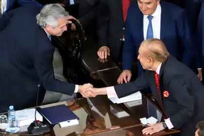 El ex presidente Carlos Menem saluda al presidente Alberto Fernandez durante la Asamblea Legislativa, en una de sus ultimas apariciones publicas.