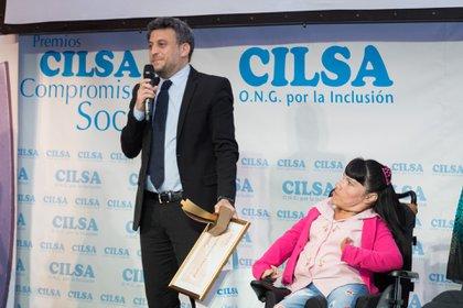 La mención especial de la noche fue para el reconocido médico Pedro Cahn, quien estuvo ausente, pero su hijo Leandro subió al escenario. Hizo entrega del premio Analía Gaytán, integrante de la Asociación de pintores con la boca y el pie