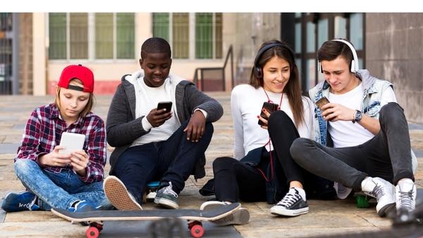 El 95% de los adolescentes posee o accede a un smartphone y el 45% dice que está online casi todo el tiempo. (iStock)