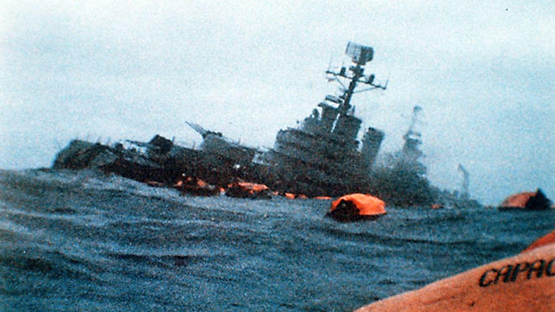 Una icónica y dramática imagen del crucero General Belgrano,tras el ataque