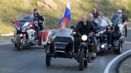 El presidente ruso Vladimir Putin conduce una motocicleta antes de la exposición de motos Babylon's Shadow en Sebastopol, Crimea, el 10 de agosto de 2019. (Foto de Alexei Druzhinin / Sputnik / AFP)