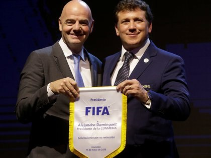 Gianni Infantino, presidente de la FIFA, junto con Alejandro Domínguez, titular de la Conmebol (REUTERS)