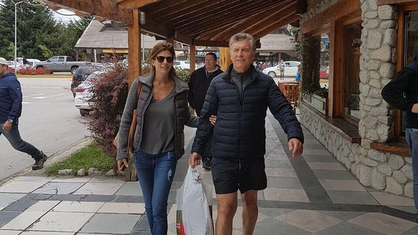 Macri de paseo con Awada en Villa La Angostura. Está de vacaciones en La Patagonia desde fines de diciembre