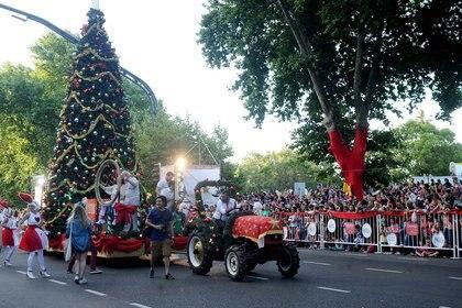Bolas rojas, campanas verdes y estrellas doradas fueron los adornos navideños con los que cientos de artistas salieron a patinar junto a un gigantesco árbol de siete metros de altura