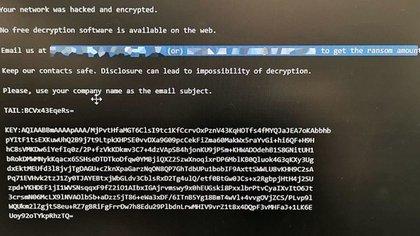 En los equipos que fueron víctimas del ransomware se ve una pantalla negra con un texto donde se les avisa que el acceso al sistema está bloqueado y cifrado.