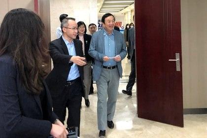 Ren Zhengfei el ex militar fundador de Huawei, durante una visita a la provincia de Shanxi. El ex miembro del Ejército de la República Popular China mantiene fuertes lazos con Beijing (Reuters)