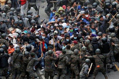 Des Honduriens, qui participent à une nouvelle caravane de migrants aux États-Unis, entrent en collision avec des soldats guatémaltèques lorsqu'ils tentent de pénétrer sur le territoire guatémaltèque, à Vado Hondo, Guatemala, le 17 janvier 2021. REUTERS / Luis Echeverría