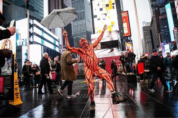 Un hombre desfila en medio de Times Square (@shawninglima)