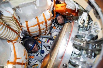 Los miembros de la tripulación de la Estación Espacial Internacional (ISS) Anatoly Ivanishin e Ivan Vagner de la agencia espacial rusa Roscosmos son vistos dentro de la cápsula espacial Soyuz MS-16 después de que aterrice en Kazajstán el 22 de octubre de 2020. GCTC / Agencia Espacial Rusa Roscosmos / Documento vía REUTERS