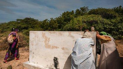 Magaly Baez llora junto a la tumba de su hijo en Yauruna
