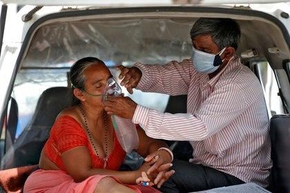 Nanduba Chavda recibe oxígeno de su marido en una ambulancia en Ahmedabad, India. REUTERS/Amit Dave
