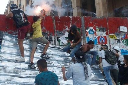 Los manifestantes intentan llegar hasta la sede del gobierno libanés y lanzan bombas de estruendo contra las fuerzas militares que custodian el lugar. REUTERS/Goran Tomasevic