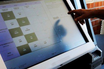Una de las recomendaciones es realizar respaldos de información a los equipos digitales para no perder información en caso de algún incidente (Foto: REUTERS/Brian Snyder/File Photo)
