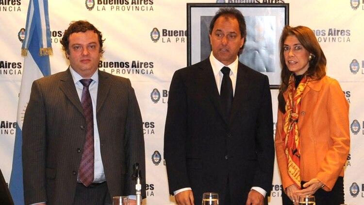 Martín Cosentino, a la izquierda, junto al ex gobernador Daniel Scioli y la entonces ministra de Producción, Debora Giorgi. (NA: Prensa Gobernación)