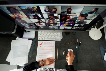 Según informó la compañía, pasó de tener 10 millones de usuarios diarios a alcanzar un pico de 200 millones de videollamadas por día. REUTERS/ Albert Gea