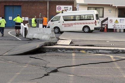 Una carretera sufre fuerte daños tras el terremoto en Wellington