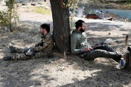 IMAGEN DE ARCHIVO. Voluntarios militares armenios en un descanso en medio de entrenamiento en Ereván, Armenia. Octubre 27, 2020. Picture taken October 27, 2020. REUTERS/Gleb Garanich