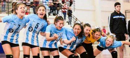 Chiara Singarella, celebrando con jus compañeras en la Selección de handball (Gentileza: Claudia Sacaba Ahumada)