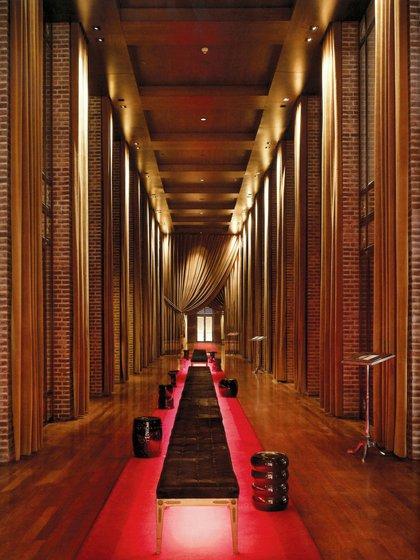 """Fue Philippe Strack, con su talento para los espacios , quien sugirió la idea de alejarse del habitual vestíbulo impersonal y saturado de un hotel y, en su lugar, crear un camino y un ingreso más íntimo. Aquí la llamada """"La Catedral"""" de Buenos Aires."""