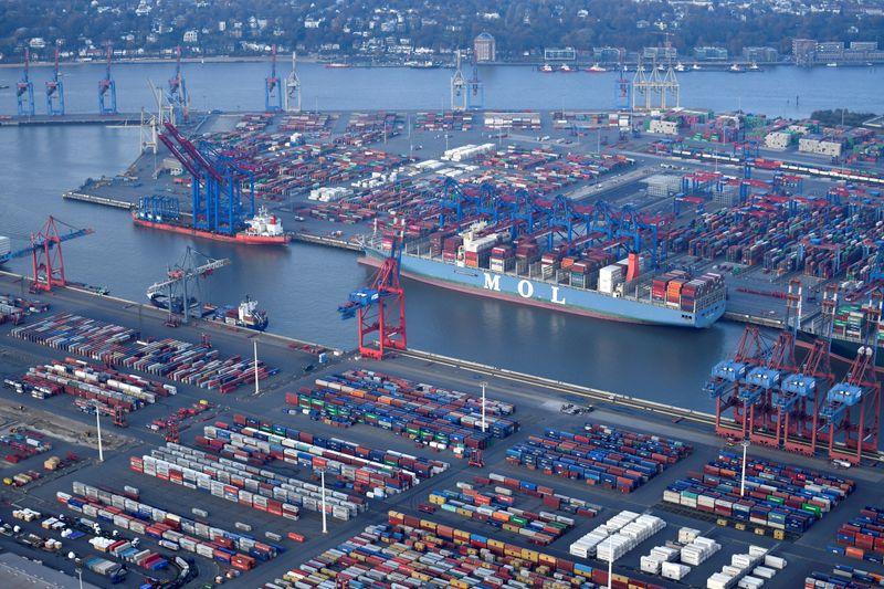 FOTO DE ARCHIVO: Vista aérea de una terminal de contenedores en el puerto de Hamburgo, Alemania, el 14 de noviembre de 2019./Fabian Bimmer