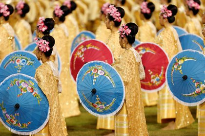 Un danza tradicional hecho por mujeres con sombrillas coloridas (REUTERS)