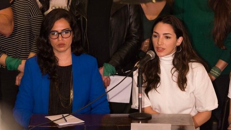 Thelma Fardín junto a su abogada querellante Sabrina Cartabia en la conferencia de prensa tras la acusación formal de la justicia Nicaragüense contra Darthes (Adrián Escandar)