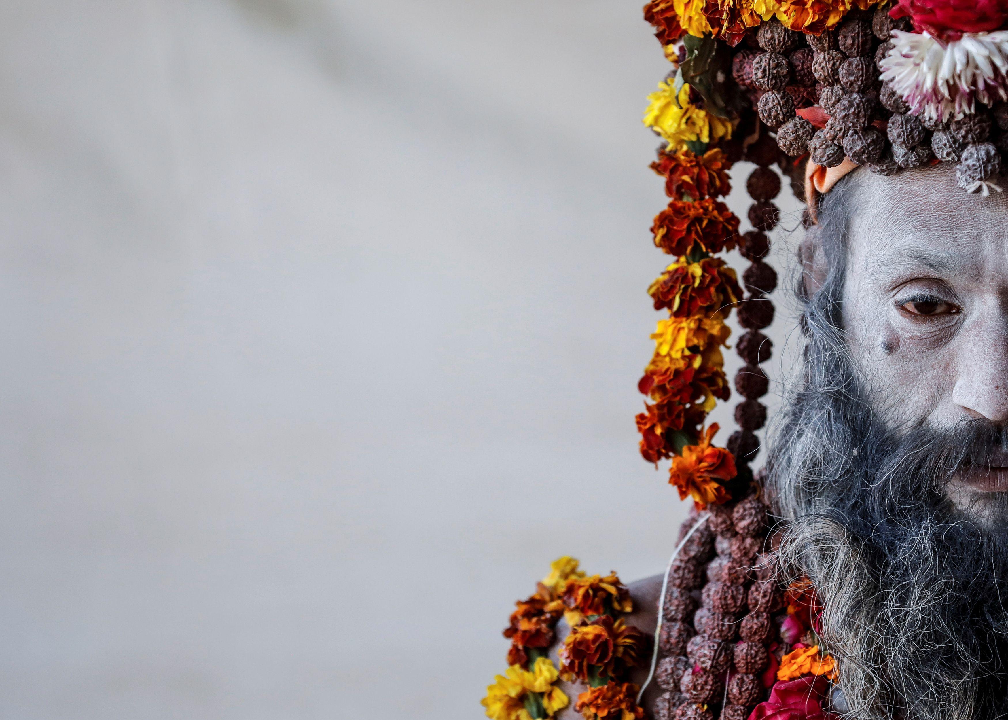 """Un Naga Sadhu u hombre santo hindú espera a los devotos dentro de su campamento durante el """"Kumbh Mela"""" o el Festival de la Jarra, en Prayagraj, anteriormente conocido como Allahabad, India 17 de enero de 2019."""