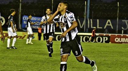 Lionel Altamirano, el goleador de Estudiantes de Caseros, con 13 tantos en el campeonato de la Primera B Metropolitana (@EstudiantesOK)