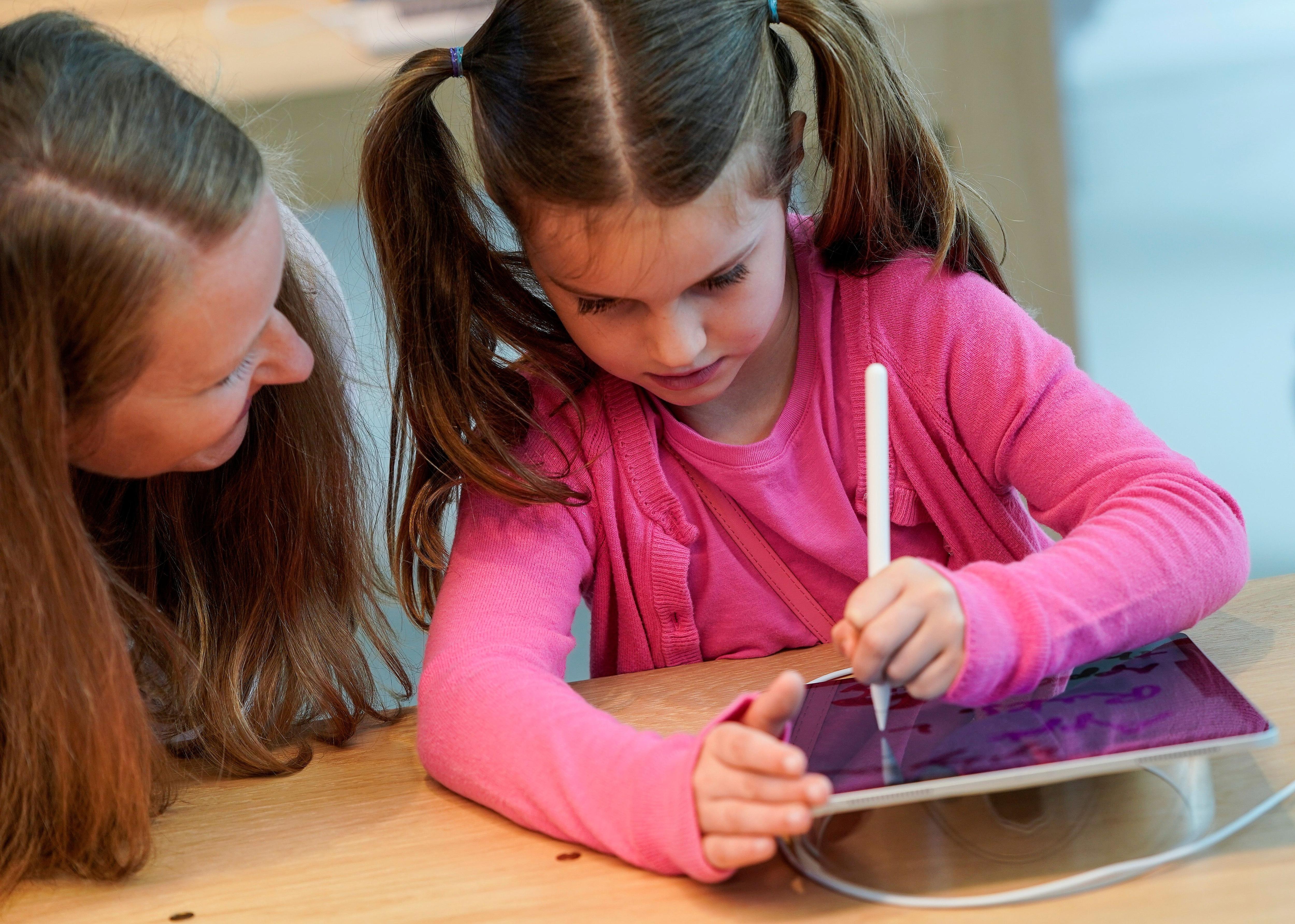 Los niños aún pueden disfrutar de un iPad que, para un adulto, ya cumplió su vida útil. REUTERS/Joshua Roberts/File Photo