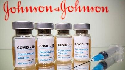 """Ilustración de viales con una pegatina en la que se lee: """"COVID-19 / Vacuna contra el coronavirus / Sólo inyección"""" y una jeringa médica ante el logotipo de Johnson & Johnson"""