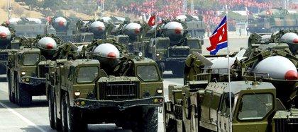 Fotografía que muestra varios vehículos que transportan misiles Scud norcoreanos durante un desfile militar celebrado en Pyongyang (EFE/Stringer /Archivo)