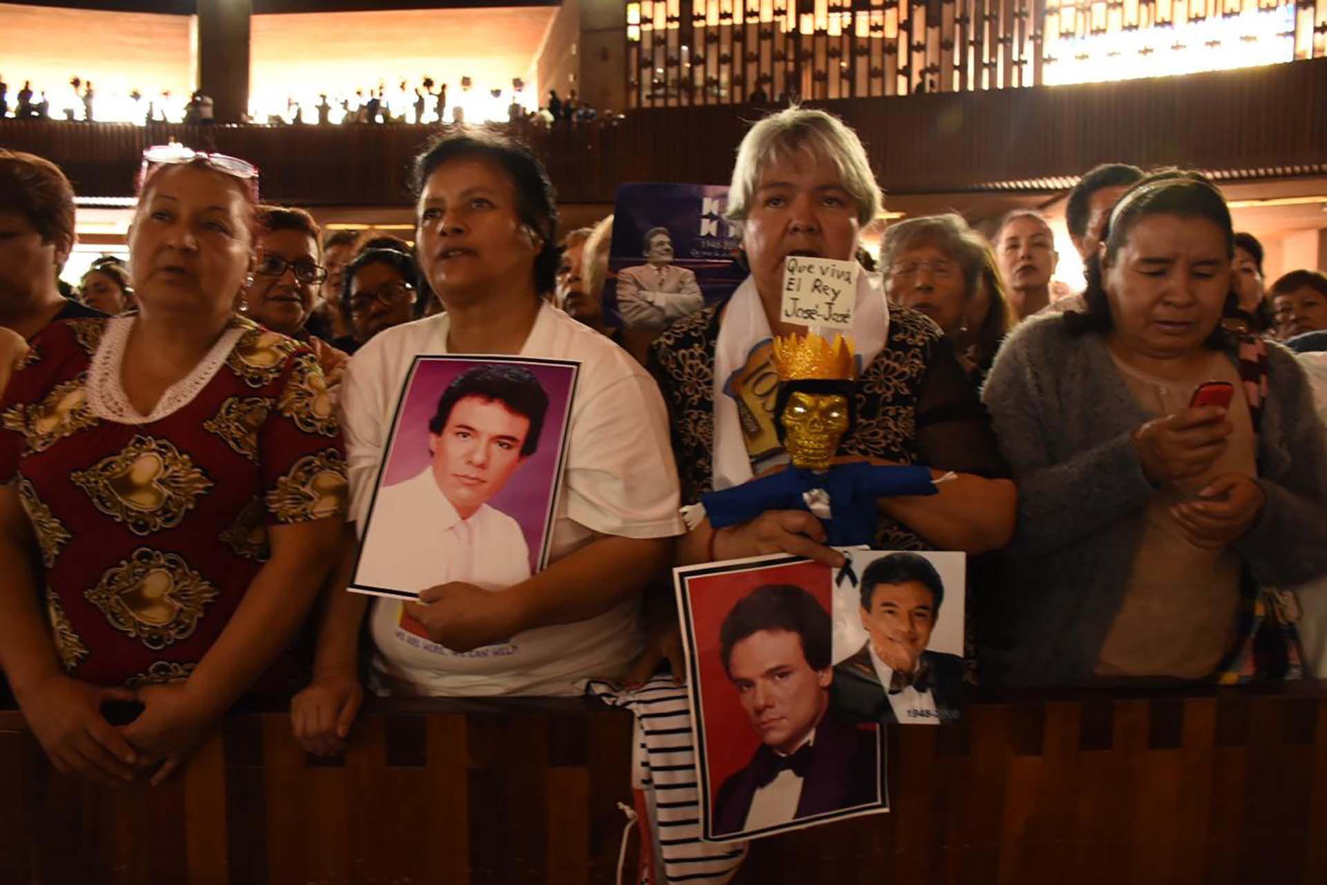 Fans llegaron temprano para poder ver a su caído ídolo (Foto: Ana Hernández/Infobae México)