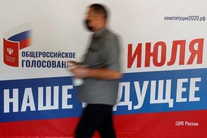 Un hombre con una mascarilla se acerca a un centro de votación (Reuters)