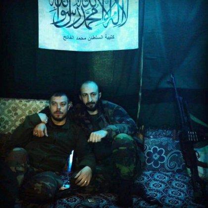 Kurtulus en foto de sus redes sociales, con una bandera yihadista.