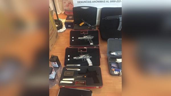 Armas, máquinas de contar dinero y la camioneta BMW encontrada en el allanamiento a Li Feng Hsieh.
